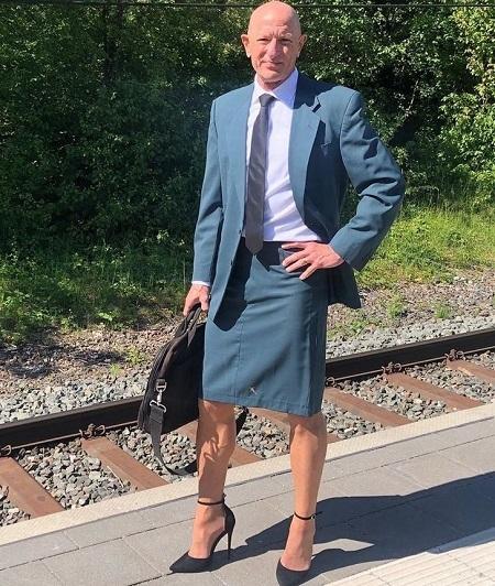 Covid-19 nên mọi người có thể ăn mặc xề xòa, nhưng Mark vẫn chỉnh chu với váy công sở và giày cao gót. Ảnh:  markbryan911 / Instagram.