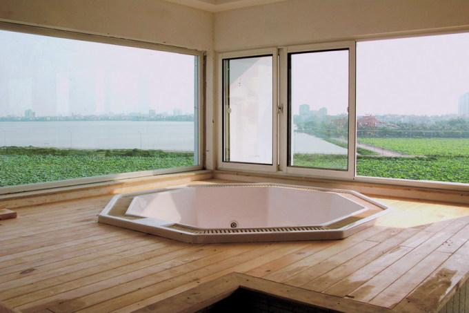 Phòng tắm mở ra ngoài giúp người dùng cảm nhận thiên nhiên bằng cả thị giác lẫn cảm giác. Ảnh: Hà Thành.