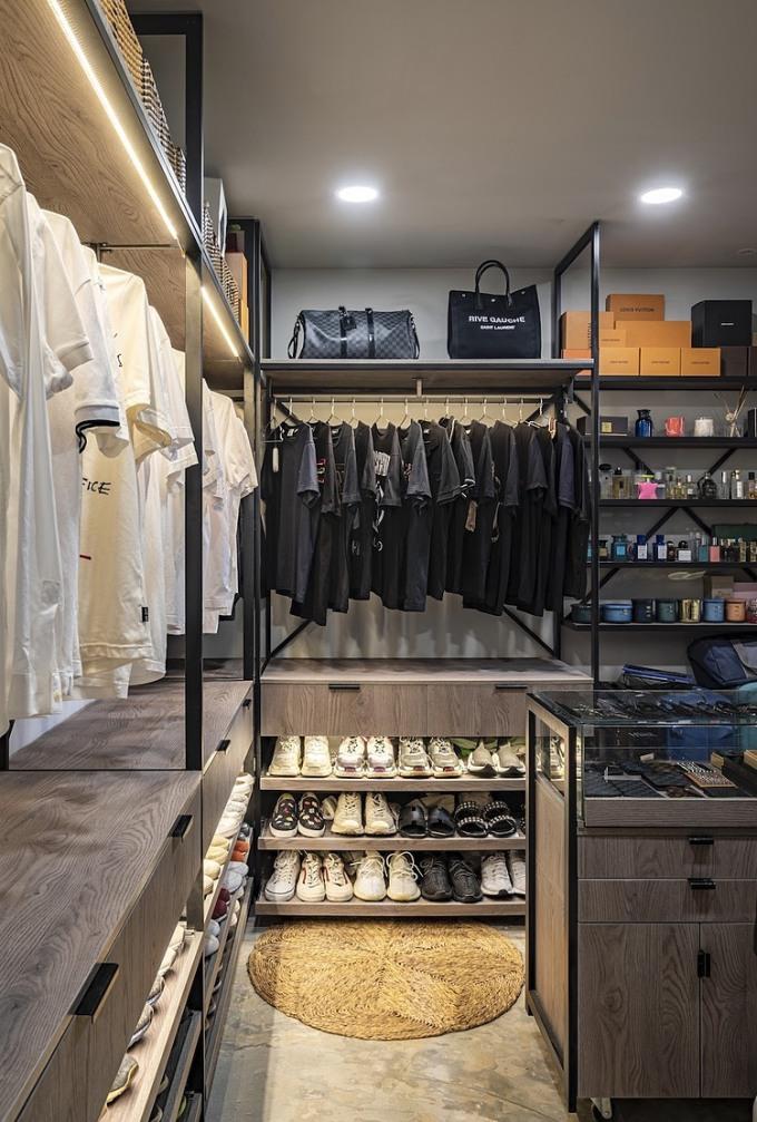 Phòng thay đồ của anh Sơn tạo cảm giác như một cửa hàng quần áo. Ảnh: Tomqast.
