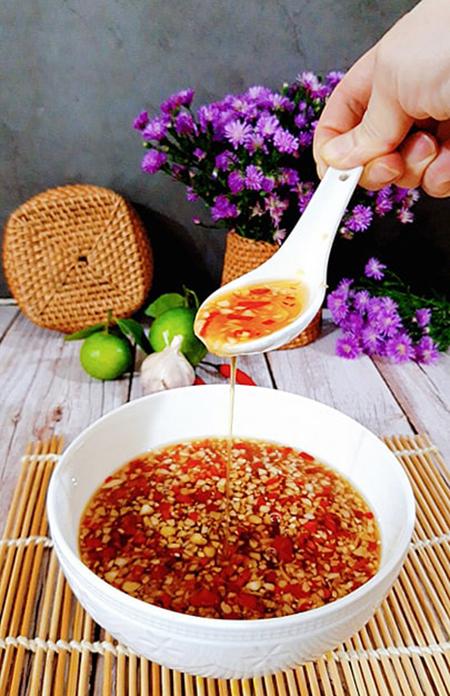 Nước mắm tỏi ớt có vị ngọt mía, dứa, để được ở nhiệt độ phòng cả tháng không hỏng. Ảnh: Bùi Thủy.