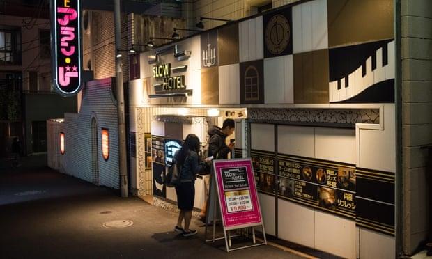 Một khách sạn tình yêu ở khu Shibuya, Tokyo. Ảnh: Andia / Alamy .