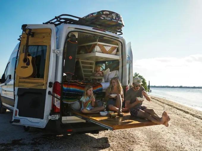 Ciếc xe 7 m2, nơi gia đình 4 người và một chú chó sinh sống 3 năm qua. Ảnh: Ash Fite.