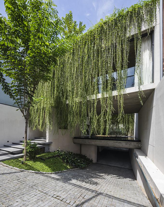 Ngôi nhà được xây dựng dựa trên ý tưởng các không gian sống băng ngang lơ lửng giữa lòng