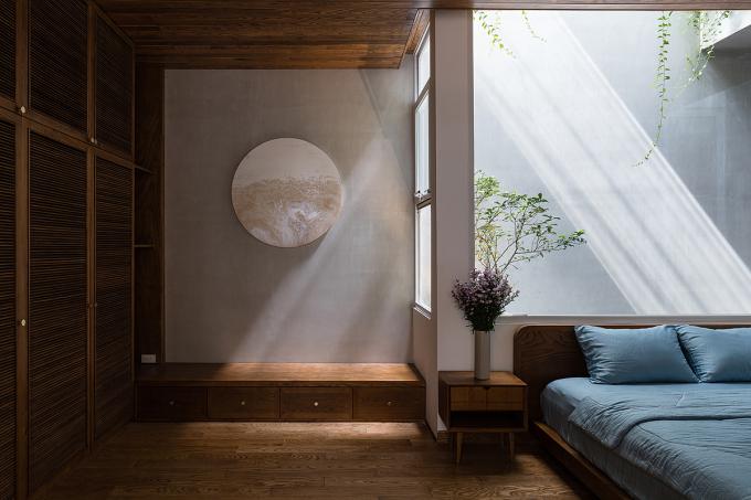 Sự tương phản giữa các chất liệu và khoảng sáng - tối tạo điểm nhấn cho không gian theo tinh thần tối giản. Ảnh: Quang Trần.