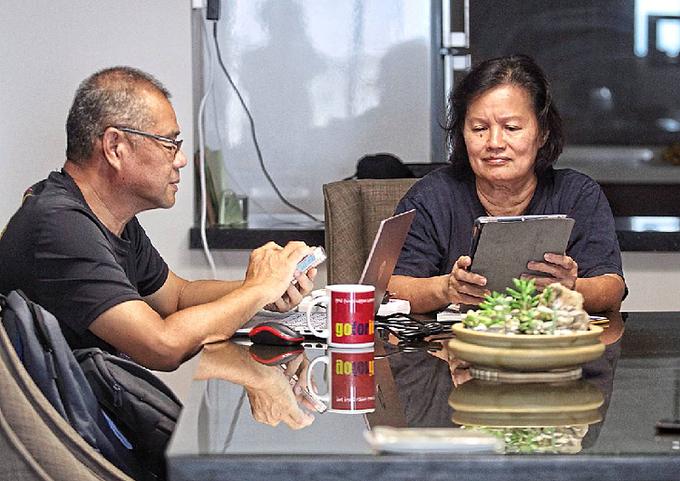 Người già mê công nghệ đem lại niềm vui nhưng cũng không ít phiền toái về sức khỏe. Ảnh minh họa: The Star/Asia News Network.