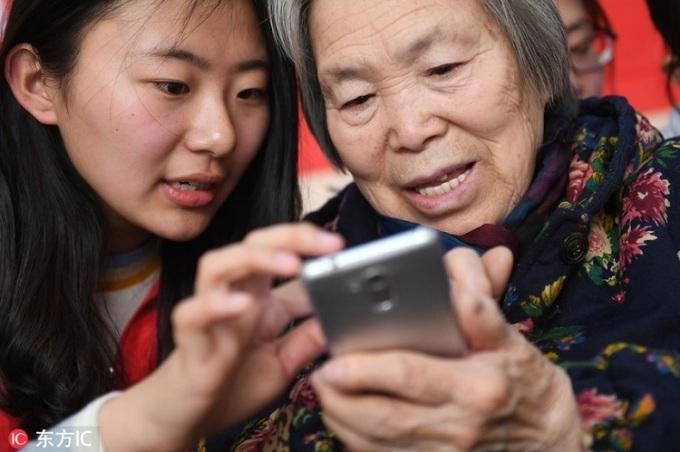 Người già sử dụng mạng xã hội đã trở nên phổ biến ở các quốc gia châu Á nói chung và Việt Nam nói riêng. Ảnh minh họa: Chinadaily.