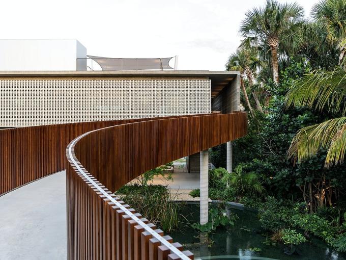 Cây cầu dài 20 mét dẫn thẳng vào không gian sinh hoạt chung ở tầng hai. Ảnh: Fran Parente.