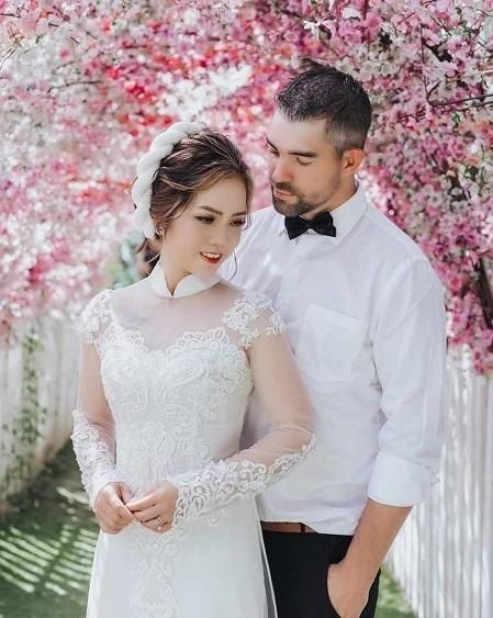 Đôi vợ chồng Việt - Mỹ chụp ảnh cưới tại Việt Nam. Họ kết hôn sau một năm yêu đầy biến cố. Adam là con trai duy nhất trong gia đình có 3 con, dẫu vậy, khi yêu, anh chấp nhận quyết định không kết hôn, không sinh con của bạn gái. Ảnh: Nhân vật cung cấp.