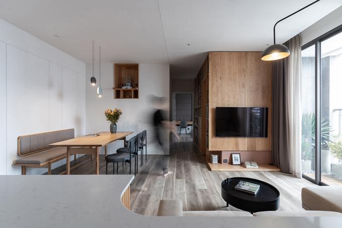 Các hệ tủ âm tường kết hợp với tông màu trung tính tạo cảm giác không gian rộng rãi hơn. Ảnh: Phùng Đạt.