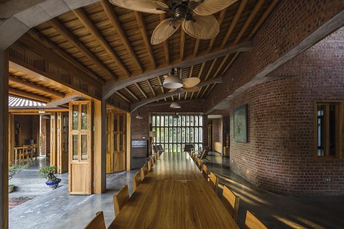 Gỗ xoan, gạch đỏ và bê tông trần tạo nên không gian mộc mạc nhưng ấm áp. Ảnh: Hiroyuki Oki.