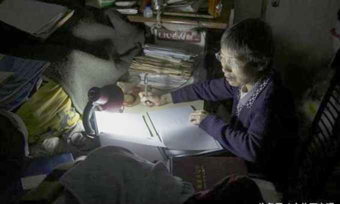 Ở tuổi 66, hàng ngày bà Quách vẫn làm kế toán cho 7 công ty con để kiếm tiền nuôi con. Ảnh: sina.