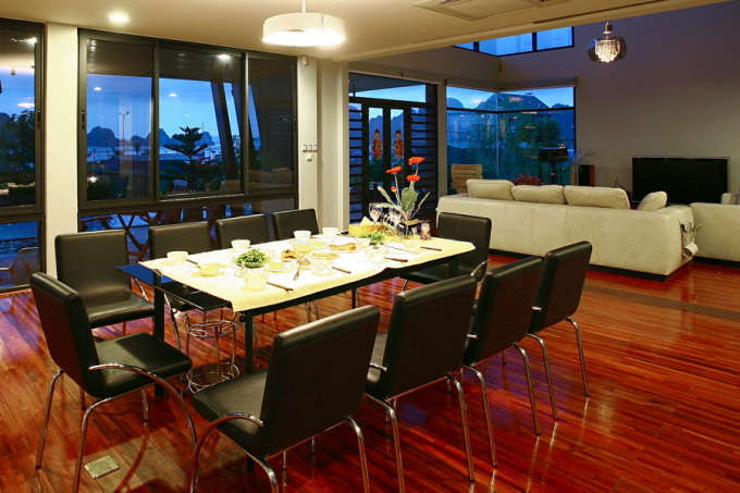 Bộ bàn ghế ăn với chất liệu da, inox hay được dùng cho không gian hiện đại. Ảnh: Hà Thành.