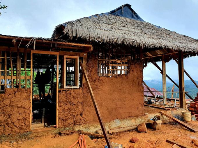 Đất dùng để xây nhà gồm ba nguyên liệu chính trộn nên hỗn hợp cần thiết: đất sét, cát và rơm. Ảnh: Nhân vật cung cấp.