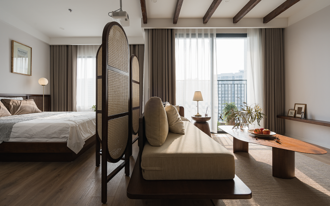 Tấm bình phong mây đan khung gỗ ngăn cách phòng ngủ lớn với phòng khách. Ảnh: A Bluebird Photography.