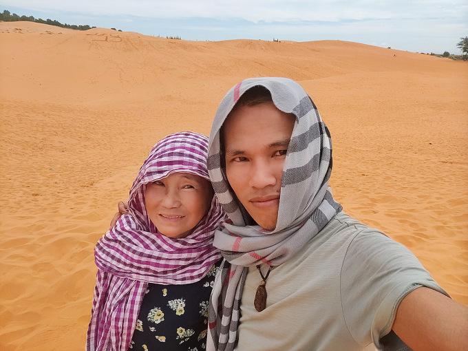 Mẹ con bà Hoàng  tham quan đồi cát ở Bình Thuận. Ảnh: Tấn Thanh.