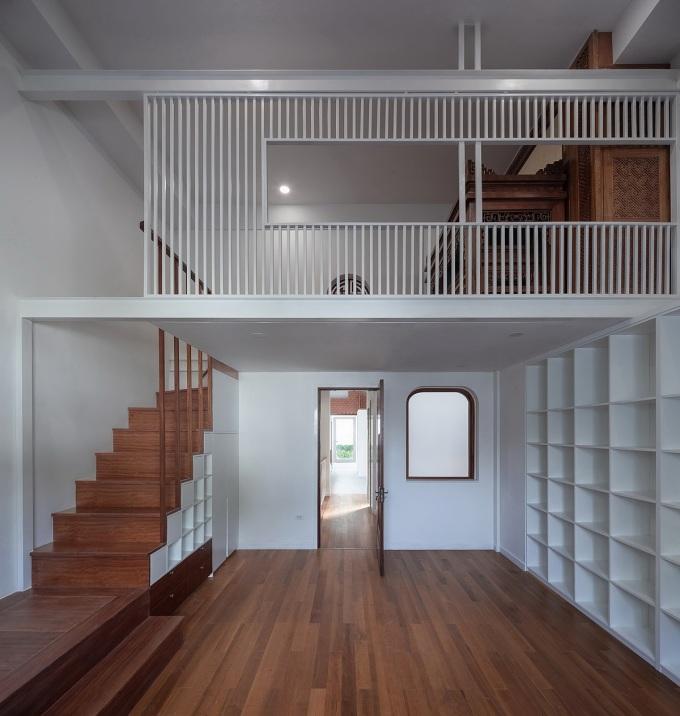 Việc bổ sung gác xép giúp căn nhà có thêm không gian chung. Ở tầng năm và năm rưỡi, phòng học kết nối với phòng thờ. Ảnh: Triệu Chiến.