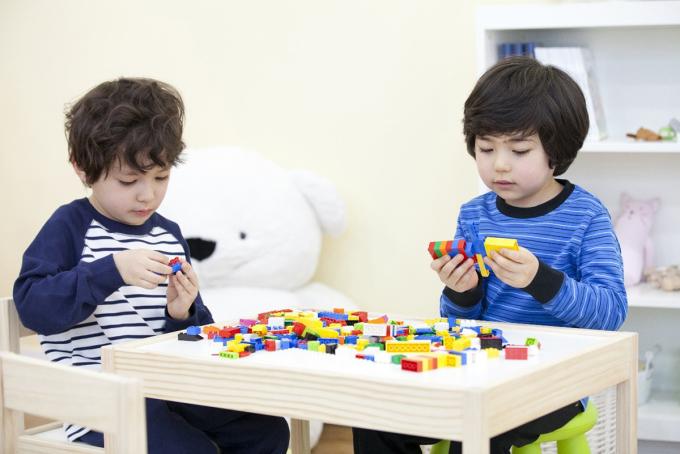 Những trò chơi phát triển trí não có lợi cho trẻ như xếp hình, lego, đố vui bằng tranh ảnh...
