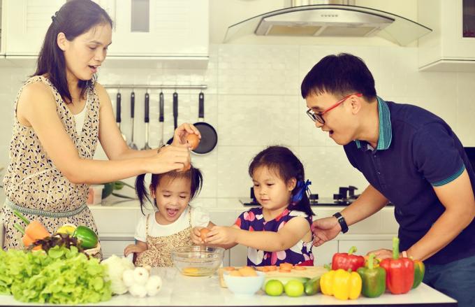 Những hoạt động làm bếp phù hợp khơi gợi sự hứng thú trong trẻ. Ảnh: Shutterstok.