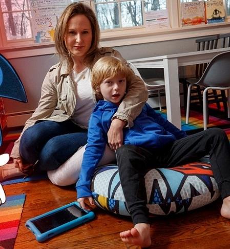 Người mẹ bên cậu con trai 6 tuổi - đứa trẻ đã nướng 16.000 USD vào trò chơi ảo. Ảnh: nypost.