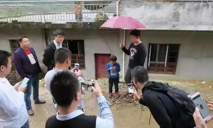 Thời điểm mới được phát hiện có ngoại hình giống tỷ phú, nhà Phạm Tiểu Cần đón khoảng 50 khách ghé thăm mỗi ngày. Ảnh: sina.
