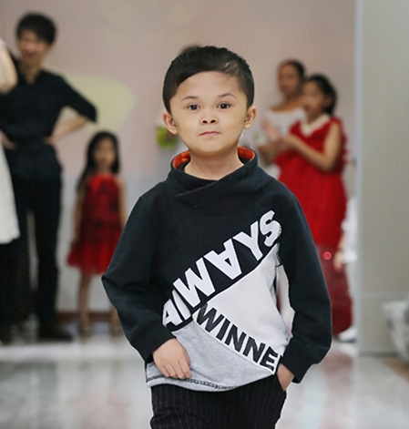 Khi nổi tiếng, Phạm thậm chí còn làm mẫu cho các buổi biểu diễn thời trang. Ảnh: sina.