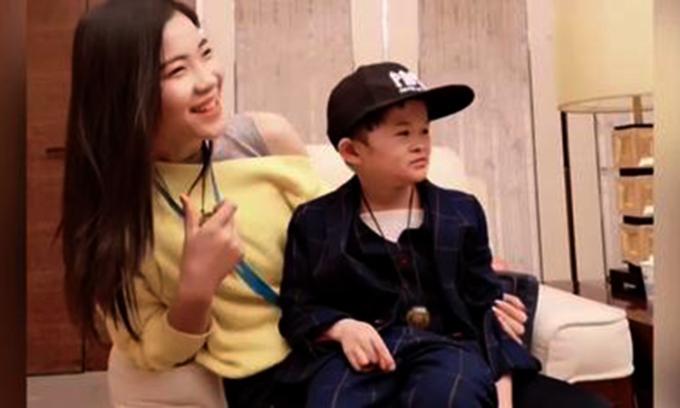 Trước đây, Tiểu Jack Ma thường xuất hiện bên bảo mẫu của mình. Ảnh: sina.