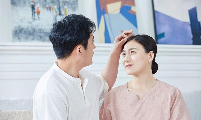 Vượt qua những khó khăn, vợ chồng tuổi trung niên sẽ thấy yêu thương, gắn bó hơn. Ảnh: QQ.