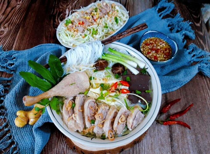 Theo Đông y, vịt và măng vốn dĩ có tính hàn (lạnh) vì thế khi chế biến món ăn cần kết hợp với gừng (tính nóng) để cân bằng, hài hòa âm dương, giúp món ngon hơn và đảm bảo sức khỏe. Ảnh: Bùi Thủy.
