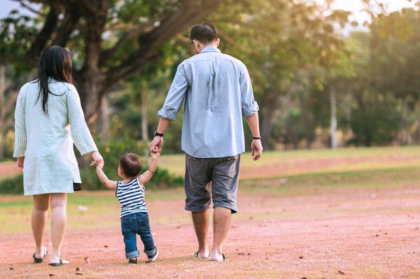 Cha mẹ thường bù đắp những khuyết điểm của mình bằng tình yêu với con cái. Ảnh minh họa: Shutterstock.