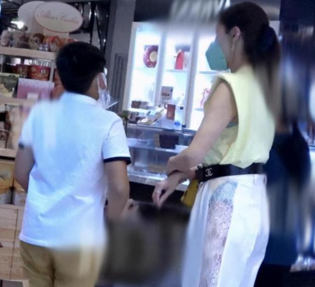Bộ trang phục xuyên thấu của Lý Gia Hân khi đi siêu thị cùng con trai đã bị rất nhiều người chỉ trích. Ảnh: QQ.