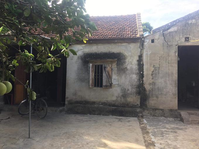 Nhà của Oanh ở xóm Phú Thành, xã Hưng Thành, huyện Hưng Nguyên, Nghệ An hiện còn người mẹ và ông trẻ bị mù. 18 năm qua, gia đình này luôn thuộc hộ nghèo của xã. Ảnh: Nhân vật cung cấp.