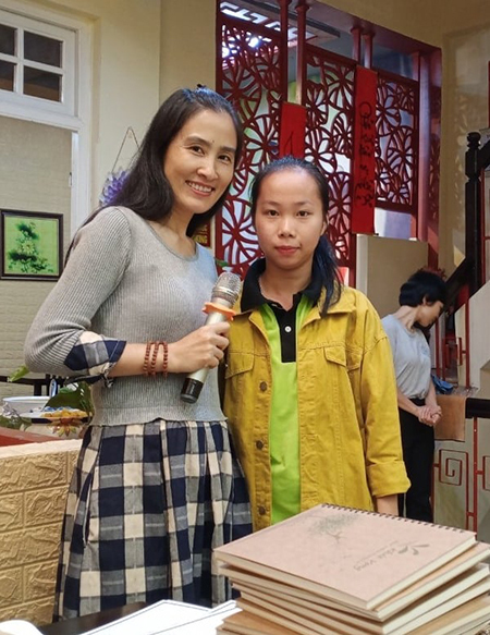 Oanh được cô Vũ Thị Dung - người sáng lập tổ chức Khát Vọng - giới thiệu tới học bổng của đại học BUV. Với Oanh, cô Dung là một người đặc biệt bởi đã cho cô bé tình yêu, sự quan tâm và bản lĩnh vượt qua mọi khó khăn trong cuộc sống. Ảnh: K.V.