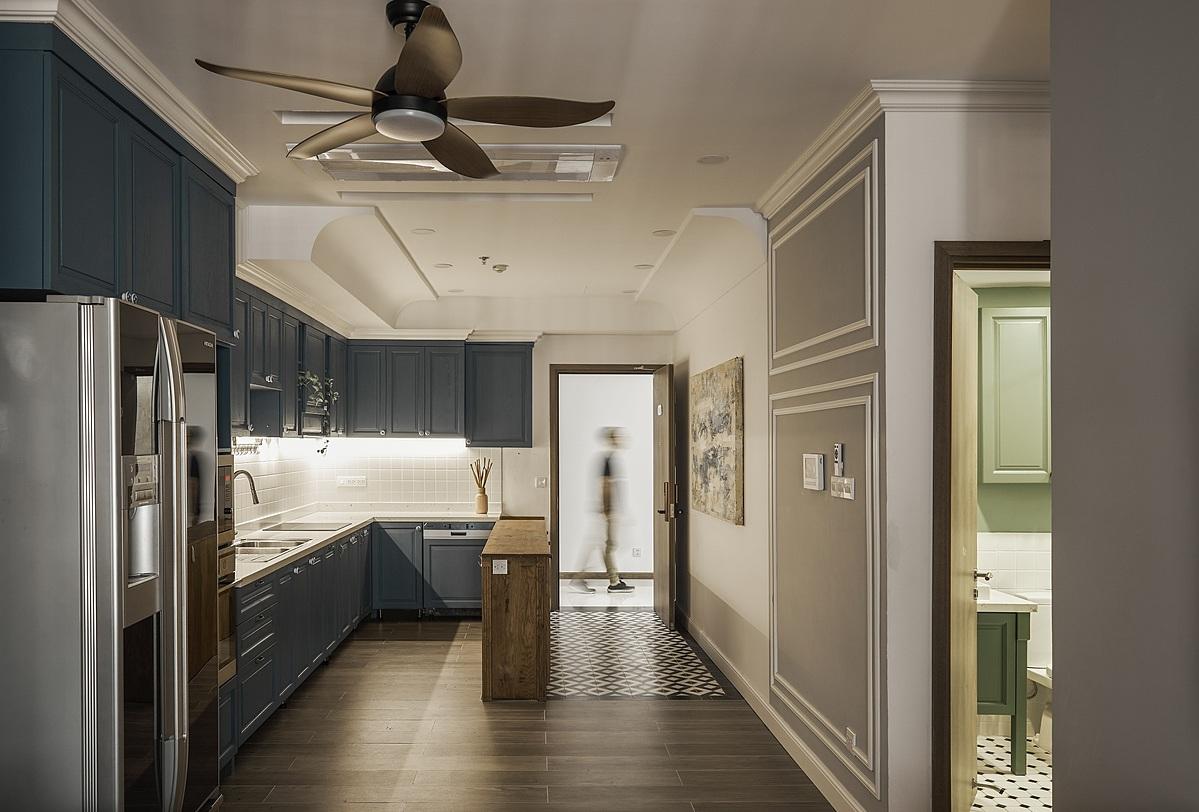 Phòng bếp với tông màu xanh xám. Ảnh: Sputnik.
