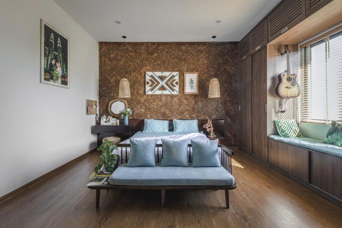 Sàn gỗ có thể phối với đồ đạc theo kiểu tương đồng hoặc tương phản màu sắc. Ảnh: Bùi Minh Quốc.