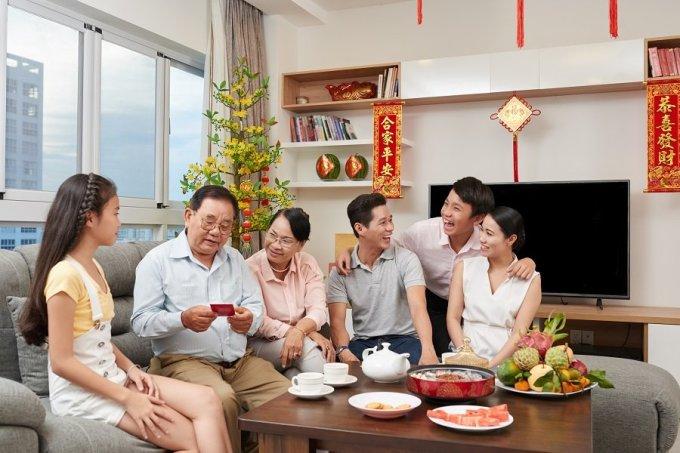 Gạt bỏ những nỗi lo cơm áo gạo tiền, nhiều người lao động vẫn thích Tết vì đối với họ đó là niềm vui sum vầy. XIN NGUỒN ẢNH.