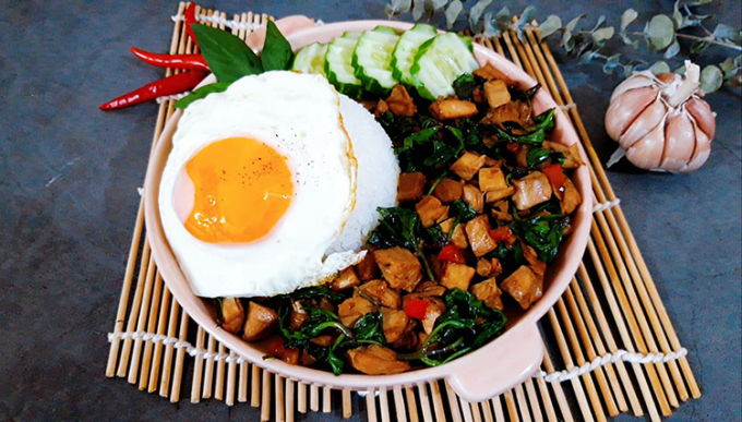 Món gà xào húng quế kiểu Thái rất phù hợp cho những ngày thời tiết lạnh hay chuyển mùa. Ảnh: Bùi Thủy.