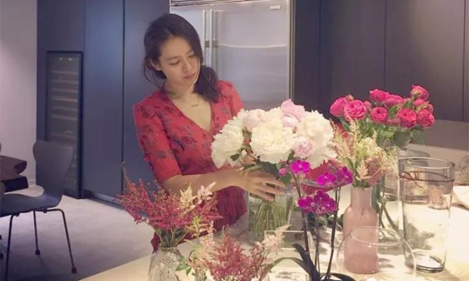 Son Ye Jin thường hay cắm hoa, nấu ăn mỗi khi ở nhà. Ảnh: imdb.com