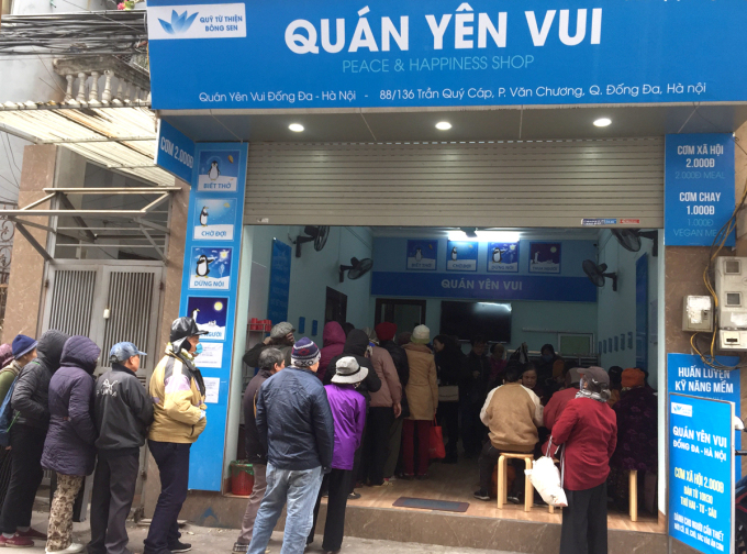 Yen Vui rice shop crowded with people to eat, around 11-12, on January 11.  Photo: Phan Duong.