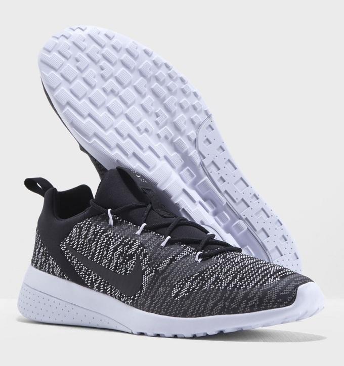 Giày thể thao nam Nike CK Racer 916780-009 phối màu trung tính với ba gam trắng, xám, đen. Chất liệu giày thoáng khí, không gây hầm bí dù mang lâu. Đế làm bằng cao su có rãnh chống trượt. Phom giày ôm sát chân, tạo sự thoải mái khi vận động.