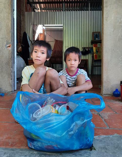 Cu An và cu Hào trước cửa nhà