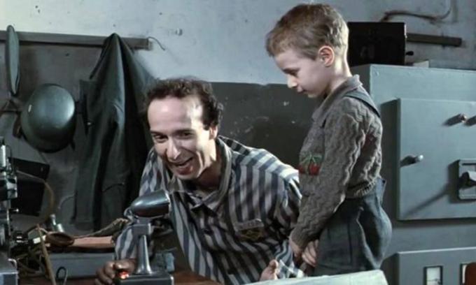 Hai bố con nhân vật chính trong bộ phim Cuộc sống tươi đẹp. Ảnh: intothescript.com