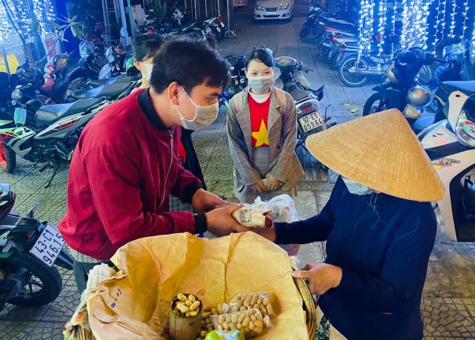 Ngoài việc bán và tặng bánh mì miễn phí ở tiệm, Hòa còn tổ chức phát bánh mì đêm cho những người lao động nghèo. Ảnh: Văn Hòa.