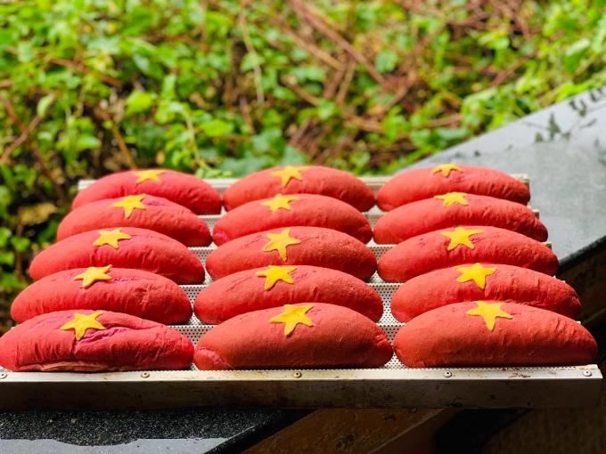 Để tìm được công thức chuẩn làm ra những ổ bánh mì yêu nước, nhóm của Hòa mất gần 2 tháng. Ảnh: Văn Hòa.