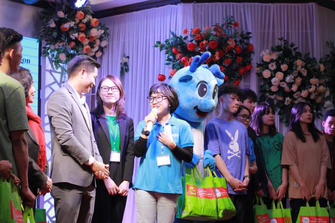 Bà Nguyễn Xuân Tú, đại diện Quỹ Hy Vọng và đại diện Grab trao quà cho trẻ của Rồng Xanh. Ảnh: Phan Dương.