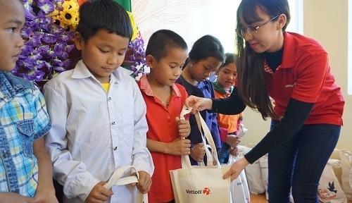 Vietlott trao quà cho trẻ em vùng biên Thanh Hóa Tết 2020. Ảnh: Lê Hoàng.