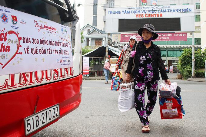 11h trưa, ngày 31/1, 4 chiếc xe 45 chỗ lăn bánh, đưa gần người lao động, sinh viên khó khăn về quê đón Tết Tân Sửu 2021. Ảnh: Diệp Phan.
