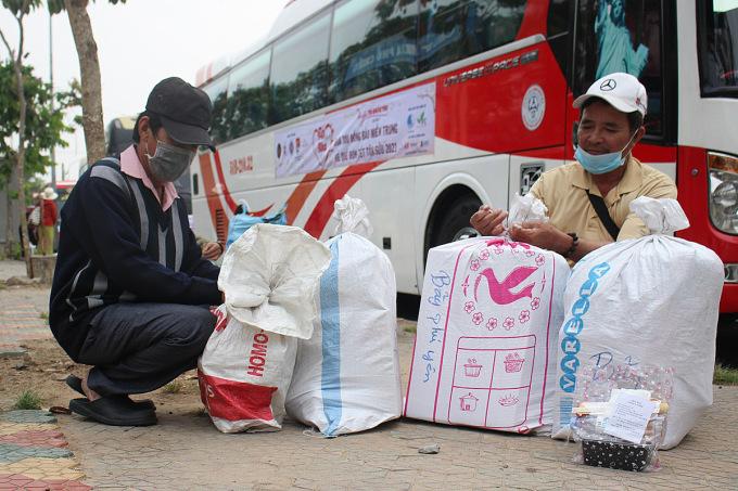 Hành lý của ông Phạm Hưng, 55 tuổi và ông Trần Văn Bảy, 65 tuổi cùng quê Phú Yên về quê ăn Tết là những phần quà được tặng kèm vé xe 0 đồng sáng ngày 31/1. Ảnh: Diệp Phan.