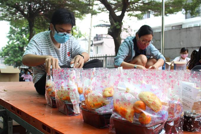 Phần ăn trưa với cơm hộp, bánh ngọt, trái cây của nhóm Rảnh là đi chuẩn bị tặng bà con về quê. Ảnh: Diệp Phan.