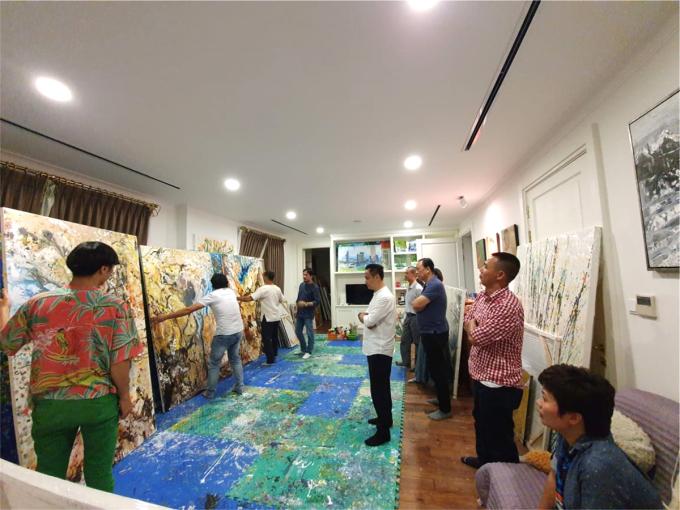 Cách họa sĩ tới xem bức tranh hang động Vịnh Hạ Long của Xèo Chu trước khi đi triển lãm. Ảnh: Gia đình cung cấp.