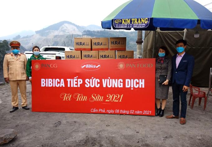 Bibica trao quà cho bộ đội tại huyện Cẩm Phả, tỉnh Quảng Ning vào ngày 8/2.